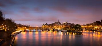Ile de la Cite et Pont Neuf au lever de soleil - Paris photos stock