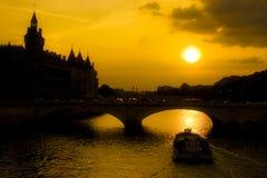 Ile DE La Cite zonsondergang stock afbeeldingen
