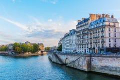 Ile de la Menção em Paris no crepúsculo Fotografia de Stock