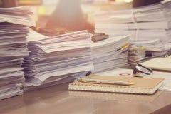 Ile de originais inacabados na mesa de escritório, pilha de papel de negócio fotos de stock royalty free