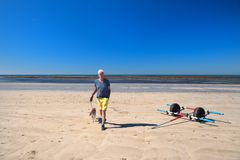 Ile de Ré - Mann und Hund auf La Couarde-sur Mer Stockfotos
