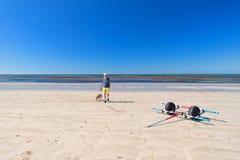 Ile de Ré - uomo e cane sul sur Mer di Couarde della La fotografie stock