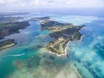 Ile hjälpCerfs, hjortö från över Landskap med havet och stranden, yacht i bakgrund mauritius Arkivfoto