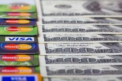 Ile van creditcards, Visum en Mastercard, met Amerikaanse dollarrekeningen Royalty-vrije Stock Afbeeldingen