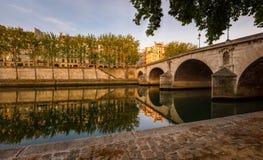 Ile圣路易和Pont玛里,河塞纳河在巴黎, Fran开户 免版税库存照片