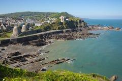 Ilfracombe Devon UK med det blå havet och himmel i sommar Arkivfoton
