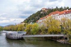 A ilha artificial e a ponte de uma arquitetura futurista, Graz, Áustria foto de stock