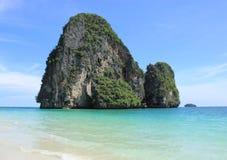 Ilha bonita da praia e da pedra calcária Fotos de Stock