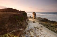 Ilha bonita de Lombok durante o nascer do sol na praia Indonésia de Batu Payung Foco macio devido à exposição longa imagem de stock