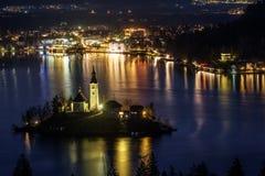 A ilha com a igreja no lago sangrou na noite Imagem de Stock