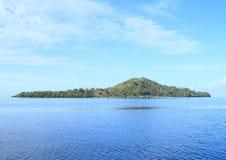 Ilha com a montanha imagens de stock
