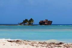 Ilha com naufrágio do barco Fotos de Stock