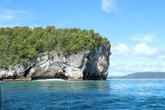 Ilha com rocha da pedra calcária foto de stock