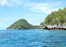 Ilha com rocha da pedra calcária imagem de stock