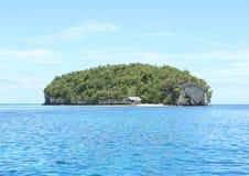 Ilha com rocha da pedra calcária imagem de stock royalty free