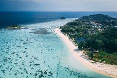 Ilha Crystal Clear Sea de Paradise, azul, palmas, no fyre imagens de stock