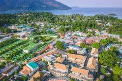 Ilha Crystal Clear Sea de Paradise, azul, palmas, no fyre imagem de stock royalty free