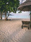 Ilha Crystal Clear Sea de Paradise, azul, palmas, no fyre foto de stock royalty free