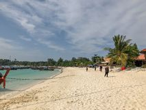 Ilha Crystal Clear Sea de Paradise, azul, palmas, no fyre imagem de stock