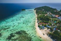 Ilha Crystal Clear Sea de Paradise, azul, palmas, no fyre imagens de stock royalty free