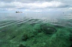 Ilha da alameda e água clara foto de stock