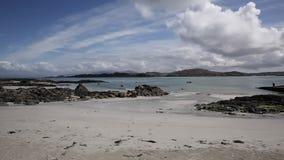 Ilha da ilha escocesa britânica de Iona Scotland com a praia branca bonita da areia video estoque