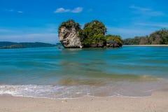 Ilha da montanha da pedra calcária em Krabi, Tailândia imagens de stock