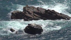 Ilha da rocha na ?gua do oceano vídeos de arquivo