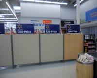 Ilha da verificação geral de Walmart imagens de stock