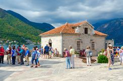 Ilha da visita dos turistas do Virgin na ilha de Gospa od Skrpela do recife na baía de Kotor, Montenegro Fotografia de Stock Royalty Free