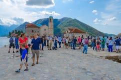 Ilha da visita dos turistas do Virgin no recife na baía de Kotor, Perast, Montenegro Imagem de Stock Royalty Free