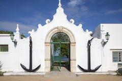 这里世界遗产名录站点与一个老葡萄牙大厦由两个船锚侧的Ilha de莫桑比克莫桑比克海岛 免版税库存照片