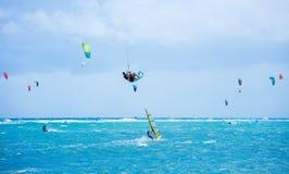 Ilha de Boracay, Filipinas - 25 de janeiro: kitesurfers e windsurfers que apreciam energias eólicas na praia de Bulabog imagem de stock