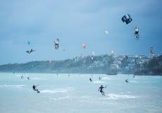 Ilha de Boracay, Filipinas - 25 de janeiro: kitesurfers que apreciam energias eólicas na praia de Bulabog imagens de stock royalty free
