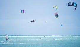 Ilha de Boracay, Filipinas - 25 de janeiro: kitesurfers que apreciam energias eólicas na praia de Bulabog foto de stock