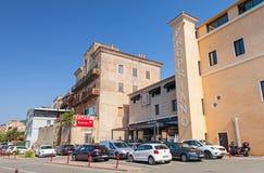 Ilha de Córsega, opinião da rua da cidade do porto do recurso no verão Imagem de Stock