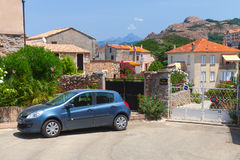 Ilha de Córsega, opinião da rua da cidade pequena com carro estacionado Imagem de Stock Royalty Free