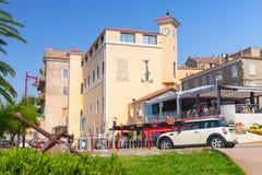 Ilha de Córsega, opinião da rua da estância turística no dia de verão Imagem de Stock
