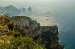 Ilha de Capri com uma baía mediterrânea ocupada Fotos de Stock Royalty Free