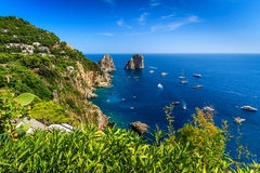Ilha de Capri, praia e penhascos de Faraglioni, Itália, Europa Foto de Stock Royalty Free