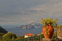 A ilha de Capri vista da costa de Sorrento em Itália fotos de stock royalty free
