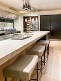 Ilha de cozinha no projeto moderno lustroso fotos de stock royalty free