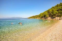 Ilha de Cres: Encalhe perto da vila de Valun, costa no mar de adriático, Croácia de Istrian foto de stock royalty free