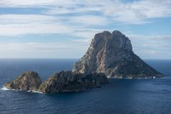 A ilha de Es Vedra no mar de Ibiza imagens de stock royalty free