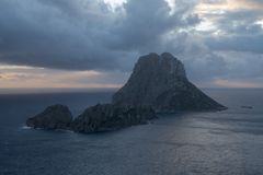 A ilha de Es Vedra no mar de Ibiza foto de stock royalty free