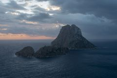 A ilha de Es Vedra no mar de Ibiza fotos de stock royalty free