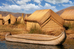 Ilha de flutuação de Reed Huts Boat Lake Titicaca Fotografia de Stock