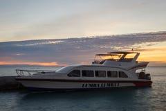 Ilha de Harapan, Jakarta, Indonésia - 24 de dezembro de 2017: Um barco rápido moderno imagens de stock