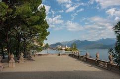 Ilha de Isola Bella Vista ao dei Pescatori de Isola no lago Maggiore imagem de stock
