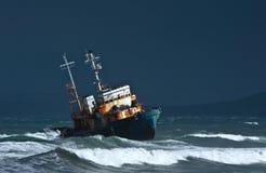 Ilha de Iturup Rússia - 7 de outubro de 2016: Navio Amur da guarda costeira jogado em terra pela tempestade foto de stock royalty free